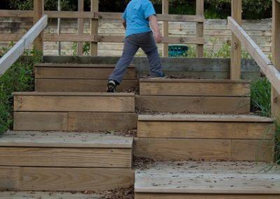 Alternate leg staircase